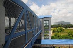 在火车站,佛罗里达的步行安全天桥 免版税库存图片