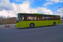 在火车站(公共公共汽车)的公共汽车 免版税库存照片
