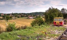 在火车路轨旁边的老汽车在法国 免版税图库摄影