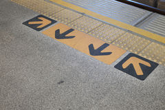 在火车轨道前面的标志 库存照片