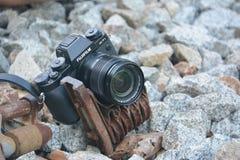 在火车轨道的Fujifime照相机 免版税库存图片