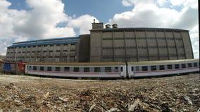 在火车statition老遗弃仓库的剧烈的云彩  影视素材