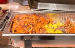 在火轮盘子的煮熟的龙虾和玉米棒子片断 图库摄影