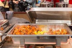 在火轮盘子的煮熟的龙虾和玉米棒子片断 库存照片
