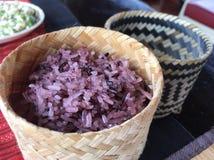 在火轮篮子的紫色黏米饭 免版税库存图片