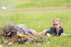 在火阵营附近的小女孩 库存图片