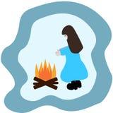 在火附近的一个女孩在雪森林 库存照片