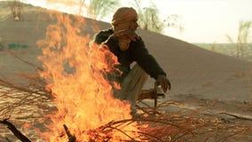 在火附近的撒哈拉大沙漠人 股票录像