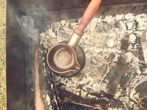在火鸡的咖啡在火的木柴 免版税库存图片