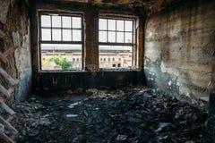 在火,火灾害事故的后果以后的被烧的和被破坏的房子内部 库存图片