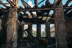 在火,火灾害事故的后果以后的被烧的和被破坏的房子内部 免版税图库摄影