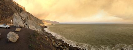 在火,点Mugu的太平洋海岸高速公路 免版税图库摄影