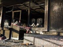在火以后的毁灭在一个公共场所 库存照片