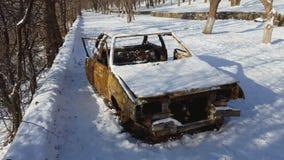 在火以后的被烧的汽车在冬天公园发生了 影视素材