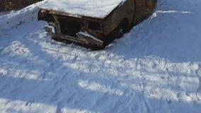 在火以后的被烧的汽车在冬天公园发生了 股票录像