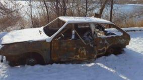 在火以后的被烧的汽车在冬天公园发生了 股票视频
