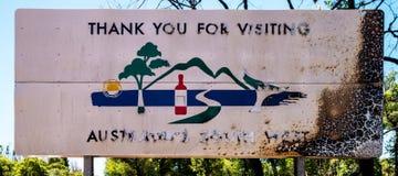 在火以后的Yarloop镇:旅游标志 免版税库存图片