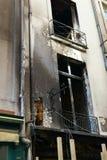 在火巴黎法国以后的变黑的门面 库存图片