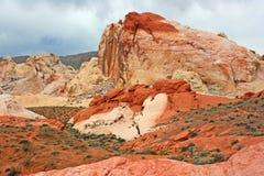 在火Satate P谷的五颜六色的岩层  库存图片