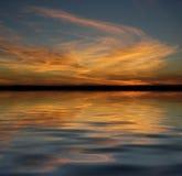在灭绝的海湾之上晒黑日落 图库摄影