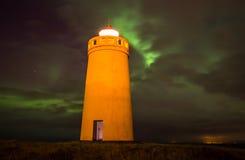 在灯塔上的北极光 图库摄影