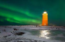 在灯塔上的北极光 免版税库存照片