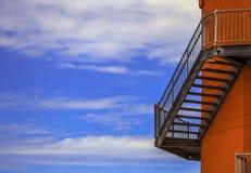 在灯塔墙壁上的防火梯  库存照片