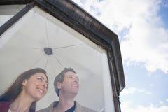 在灯塔的一对夫妇 库存图片