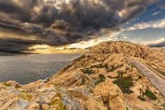 在灯塔的喜怒无常的天空在Ile鲁塞在可西嘉岛 库存图片