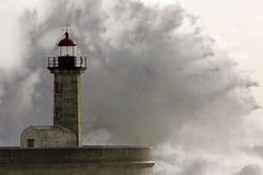 在灯塔的大风雨如磐的海波浪飞溅 库存照片