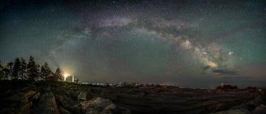 在灯塔的银河在缅因 库存图片