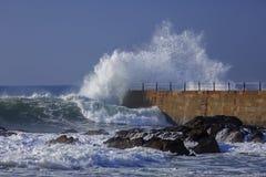 在灯塔附近挥动飞溅,波尔图码头  免版税库存图片