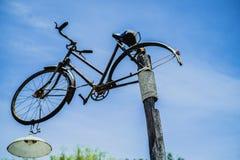 在灯岗位的古色古香的自行车 免版税图库摄影