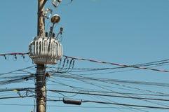 在灯柱的电子变压器与导线 库存图片