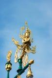 在灯柱顶部的泰国角度祝福雕象 免版税库存照片