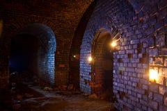 在灯笼照亮的老德国堡垒下的土牢和 免版税库存照片