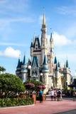 在灰姑娘的城堡,华特・迪士尼世界上的蓝天 免版税库存照片