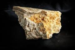 在灰岩掩藏的水晶 免版税库存照片