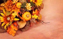 在灰棕色的秋天或感恩花束 库存图片