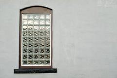 在灰泥墙壁的块玻璃窗 库存图片