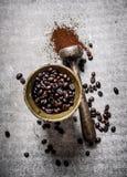 在灰浆的烤咖啡豆与杵 库存图片