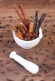 在灰浆的芬芳茴香、桂香和香草棍子在土气委员会 图库摄影