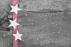 在灰色、白色和红色的破旧的别致的圣诞节背景 免版税库存图片