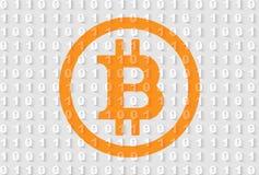 在灰色二进制编码背景的橙色bitcoin标志 图库摄影
