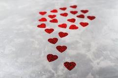 在灰色具体背景的很多红色纸心脏 看板卡日设计dreamstime绿色重点例证s传统化了华伦泰向量 免版税库存照片
