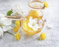 在灰色具体背景的新鲜的蜂蜜点心樱桃收获开花 免版税库存图片