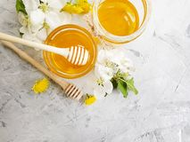 在灰色具体背景的新鲜的蜂蜜点心樱花 库存图片