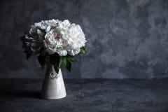 在灰色具体背景的美丽的牡丹 婚礼、生日、华伦泰` s天、礼物或者妇女` s天概念 库存图片