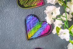 在灰色具体背景的自创黑紫罗兰色桃红色心脏 华伦泰\ 's天的概念 爱的符号 库存图片