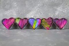 在灰色具体背景的自创黑紫罗兰色桃红色心脏 情人节的概念 爱的符号 库存图片